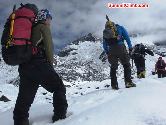 Jim, Tim, Nathan, Sangeeta, and Maggie walking to base camp. Sarabjit Bhooee Photo.