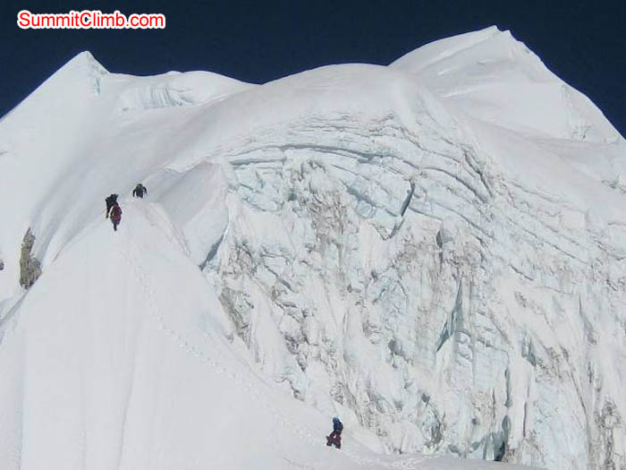 Team on the Baruntse summit ridge. Jussi Kuva Photo.