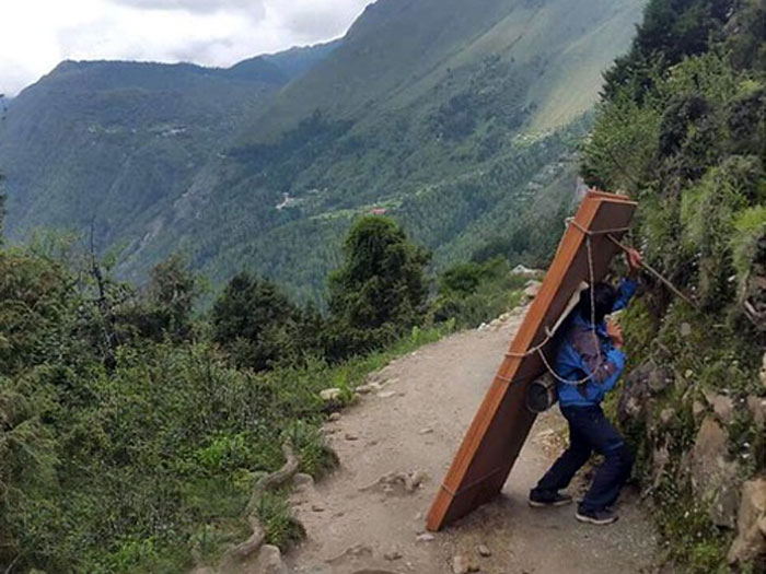 poerters carrying wood for deboche