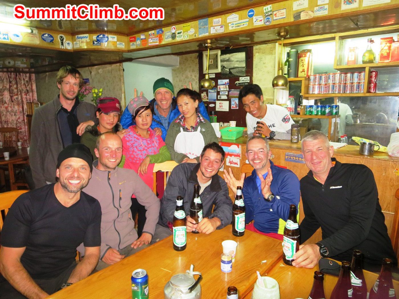 Cho Oyu team in Nyalam restaurant. Foto by Andre Aaldering.