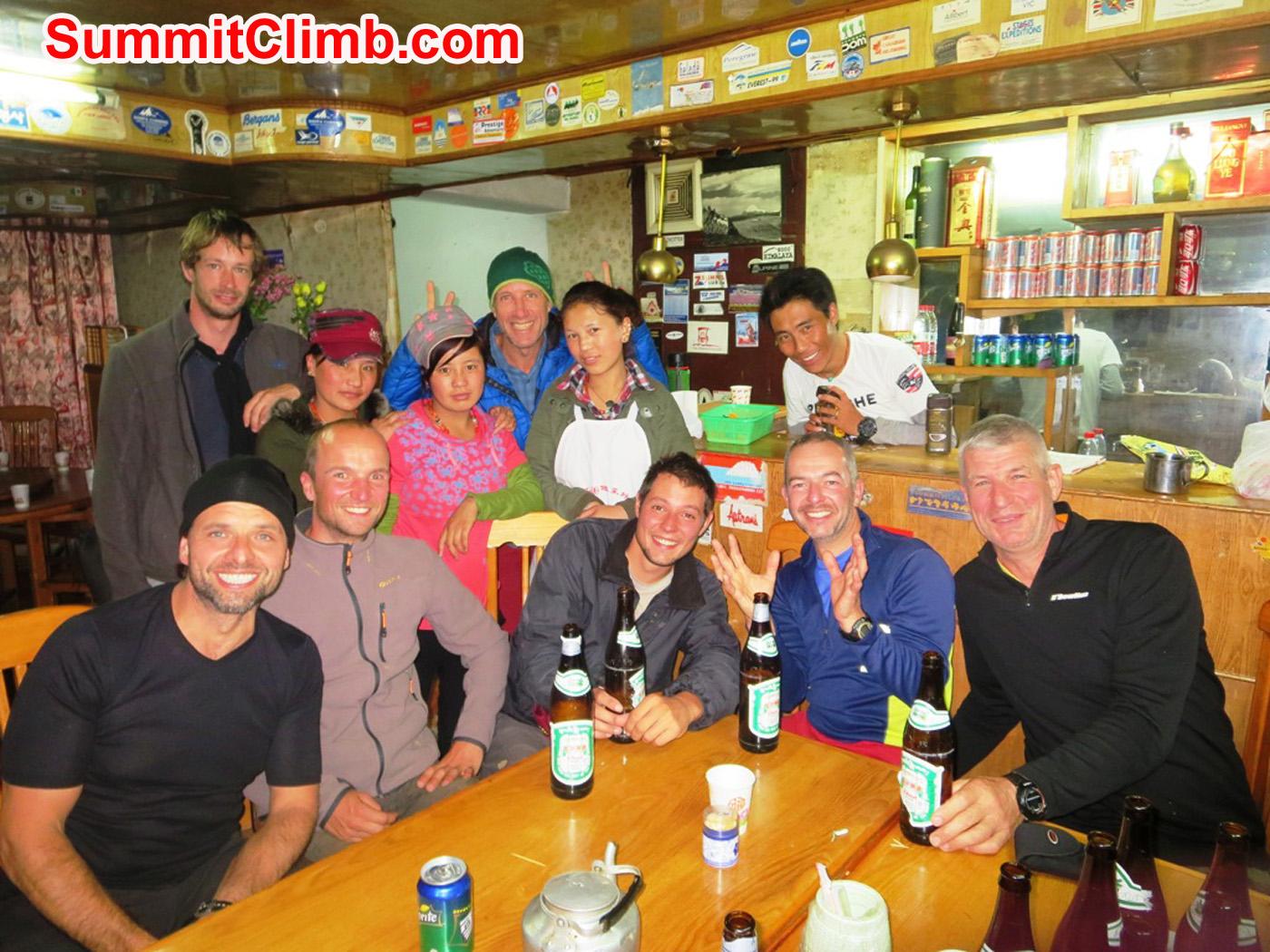 Cho Oyu team in Nyalam restaurant. Foto by Andre Aaldering.