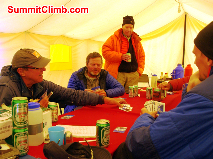 Playing cards waiting fr better weather. Photo Detlef Buckwitz