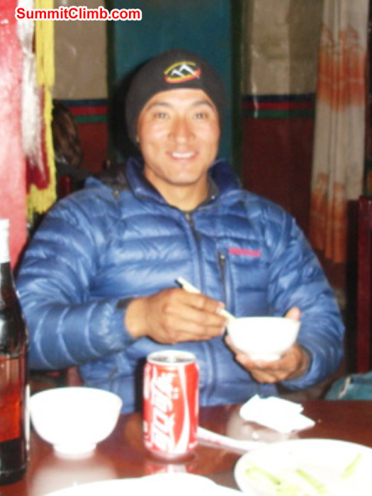 Ang Pasang Sherpa enjoying lunch in Tingri. James Grieve Photo
