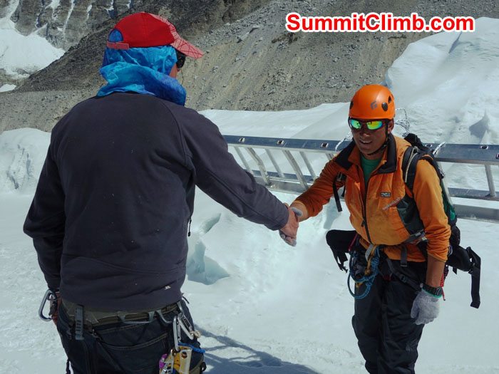 Dan shakes hands with and thanks an ice fall doctor. David Maidment photo