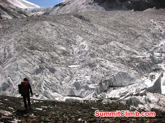Trekking along the lower East Rongbuk glacier above interim camp - Photo Mia Graeffe