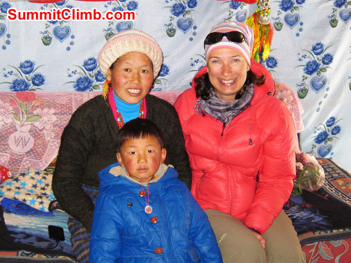 Mia with Tibetan mother and child at teahouses nearEverest Tibet Basecamp - Photo Mia Graeffe