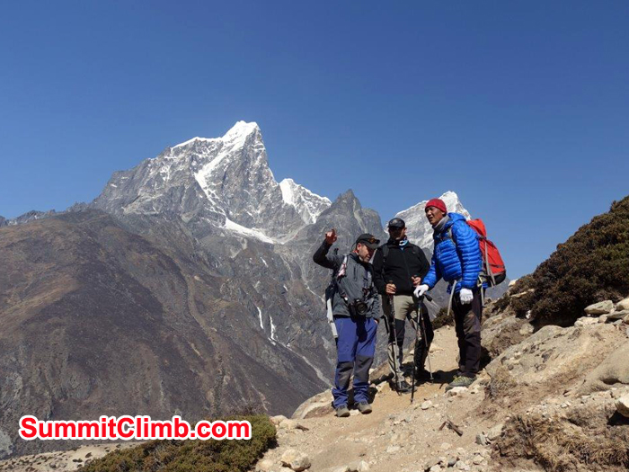 Members and Sherpa discussed on the way to Everest Basecamp