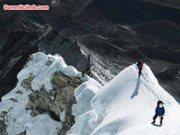 Baruntse summit ridge 6950 m. Photo Tunc.