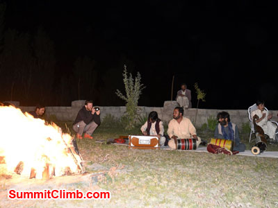 k2 news, Pakistani music by the camp fire-Dmitri photo