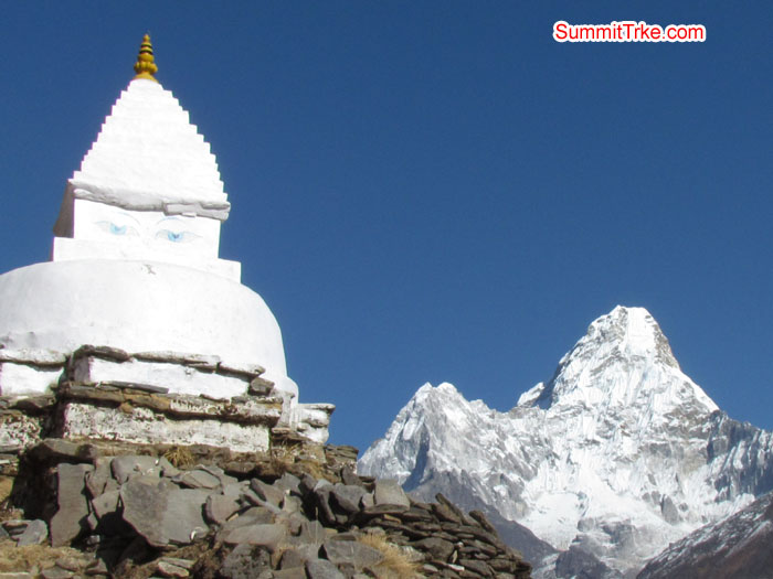 Budish stupa and amadablam. Photo Aless and Luke.