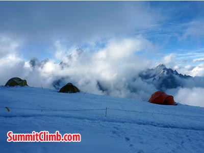 Clouds coming up while resting in  camp 2. Photo Puwei L