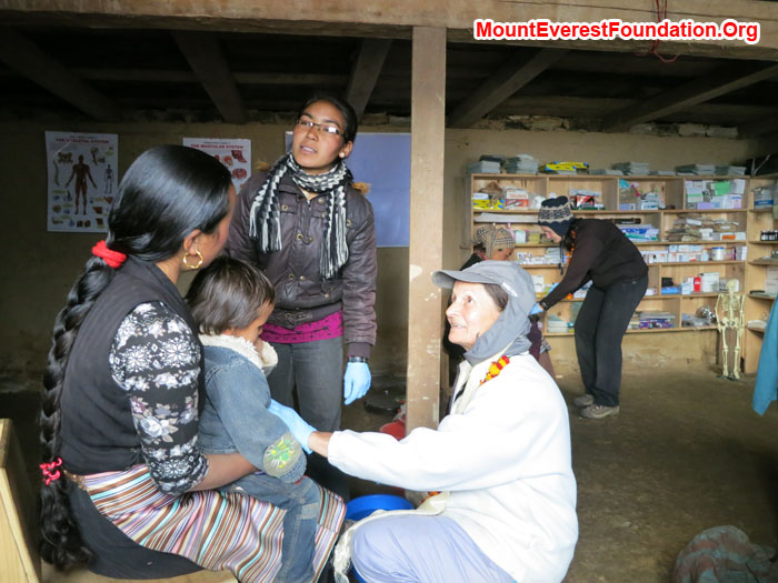 Marie and Dati Examining patient at Patle clinic. Photo Jeremy Smith